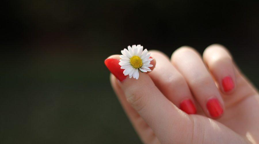 paznokcie-pomalowane-czerwonym-lakierem